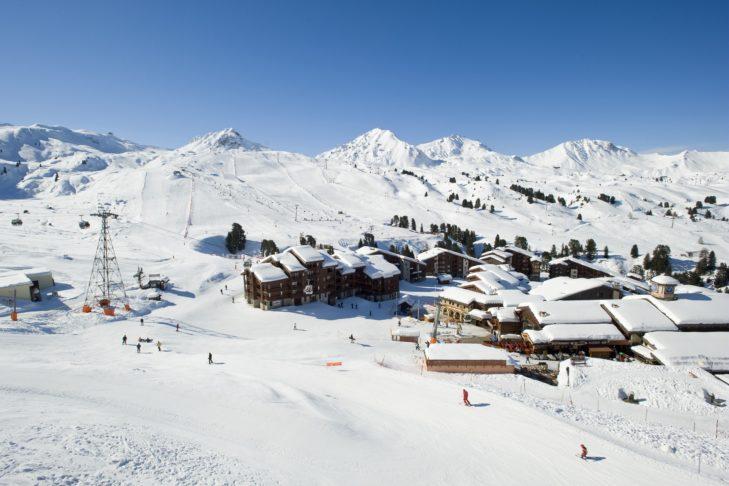 Skifahren in Frankreich: Luftaufnahme der Pisten und Chalets in La Plagne.