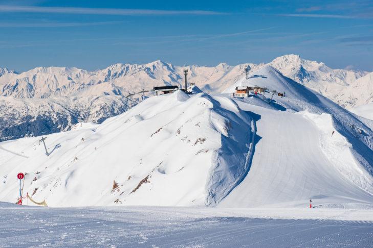 Bergstation mit frisch planierter Piste im Skigebiet La Plagne.