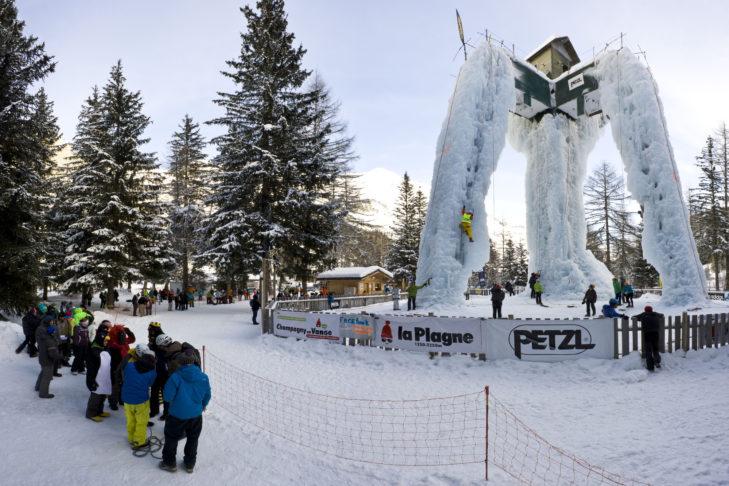 Der dreigliedrige Eiskletterturm in La Plagne.