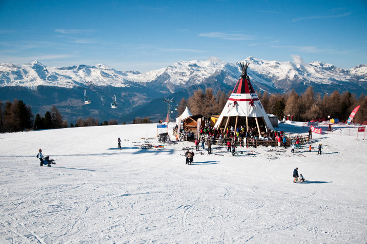 """Die gemütliche Einkehrstation """"Tipi"""" im Skigebiet La Printse."""