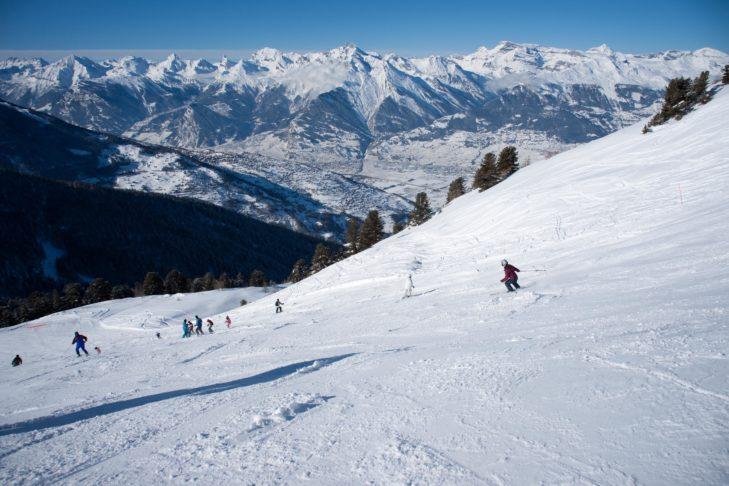 Piste im Skigebiet La Printse vor Traumpanorama.