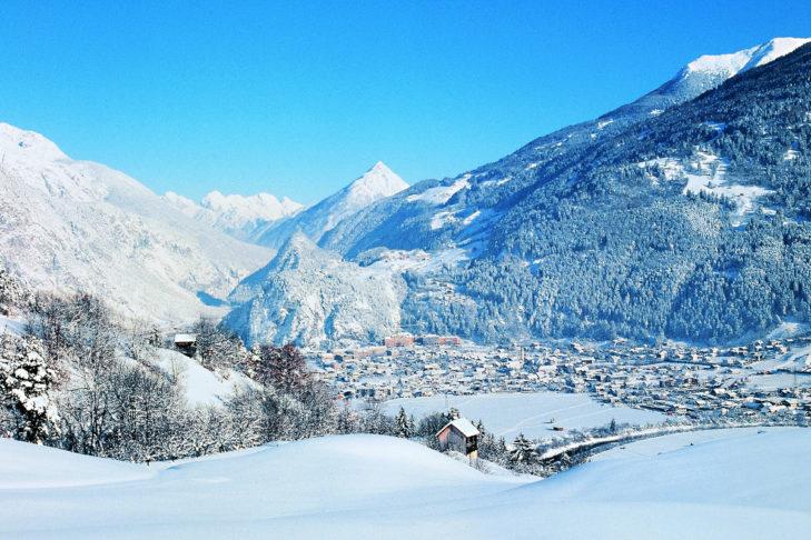 Winterliches Panorama der Gemeinde Landeck im Oberinntal.