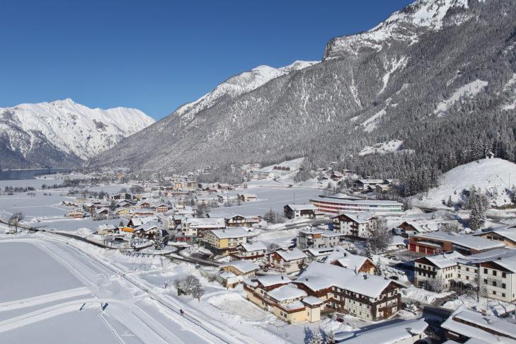 Luftaufnahme vom winterlichen Maurach am Achensee.