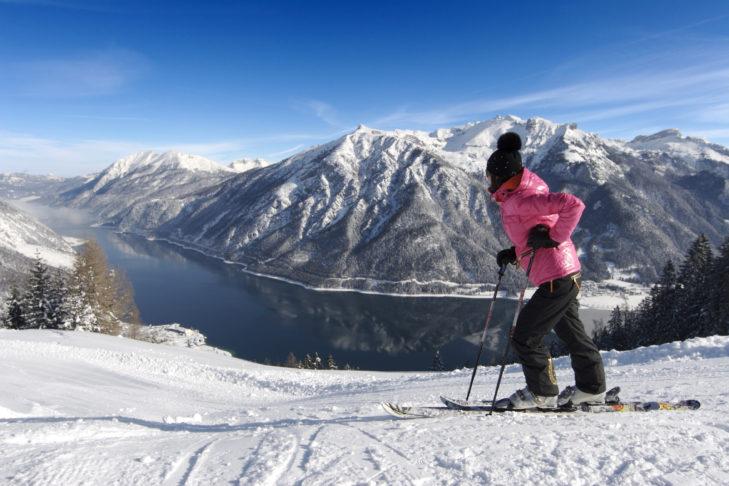 Tolle Aussicht auf den Achensee von der Piste im Skigebiet Rofan.