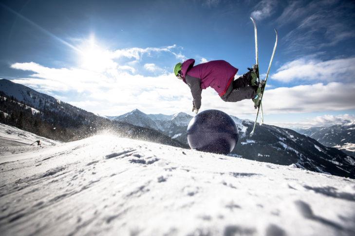 Freestyler Andy Longley vollführt einen spektakulären Stunt im Snowpark Goldeck.