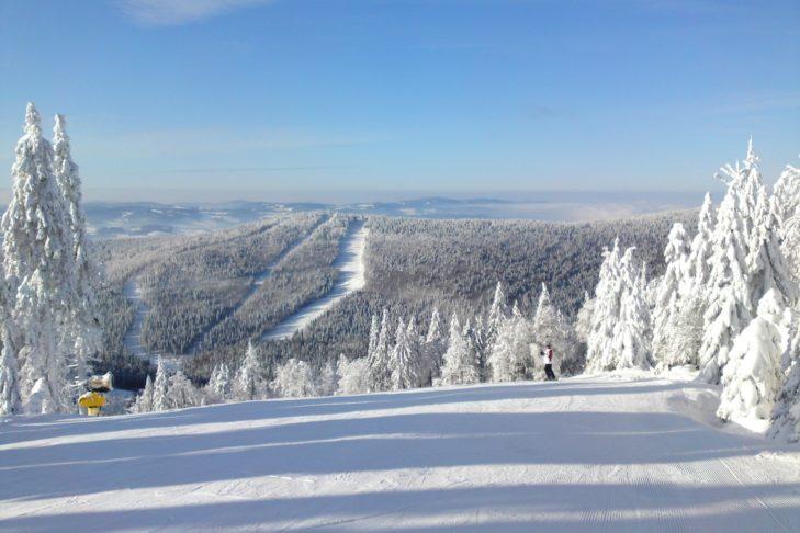 Winterliches Panorama über das Skigebiet Hochficht und den tief verschneiten Bayerischen Wald.