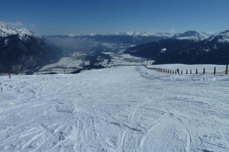 Skigebiet Rangger Köpfl: Breite Piste mit Ausblick auf das Inntal.