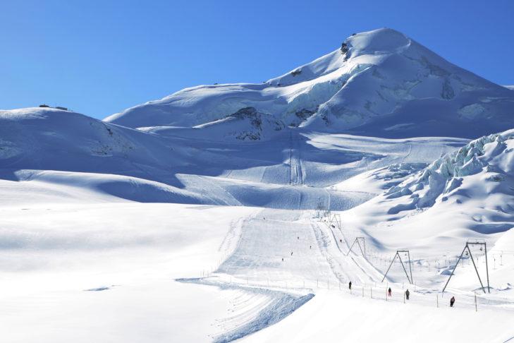 Breite, leere Gletscherpisten in Saas-Fee verwöhnen jeden Skifan.