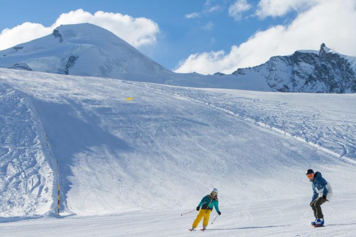 Die breiten Abfahrten in Saas-Fee erfreuen Skifahrer und Snowboarder gleichermaßen.