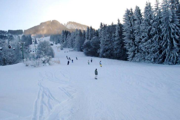 Schneesichere Piste im Skigebiet Nesselwang.