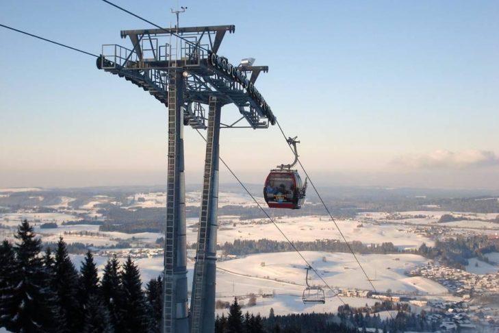 Die Alpspitz-Kombibahn transportiert mit Sesseln und Kabinen auf den Berg.