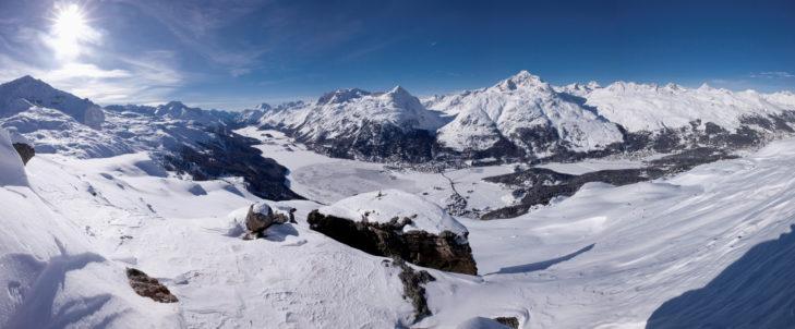 Winterliches Panorama über das Engadin mit Blick auf Silvaplana und Sils Maria im Tal.