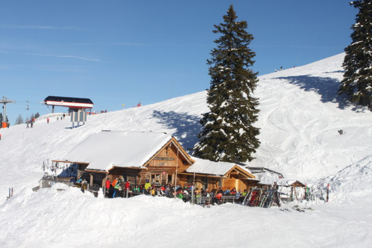 Après-Ski in einer gemütlichen Hütte mitten im Skigebiet Goldeck/Sportberg.