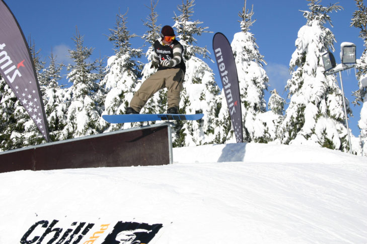 Freestyler im Snowpark Winterberg.