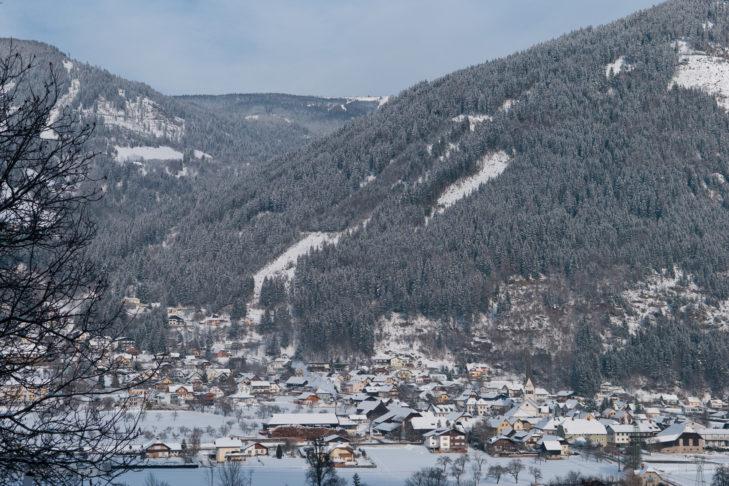 Winterliche Ortsansicht von Treffen am Ossiacher See.
