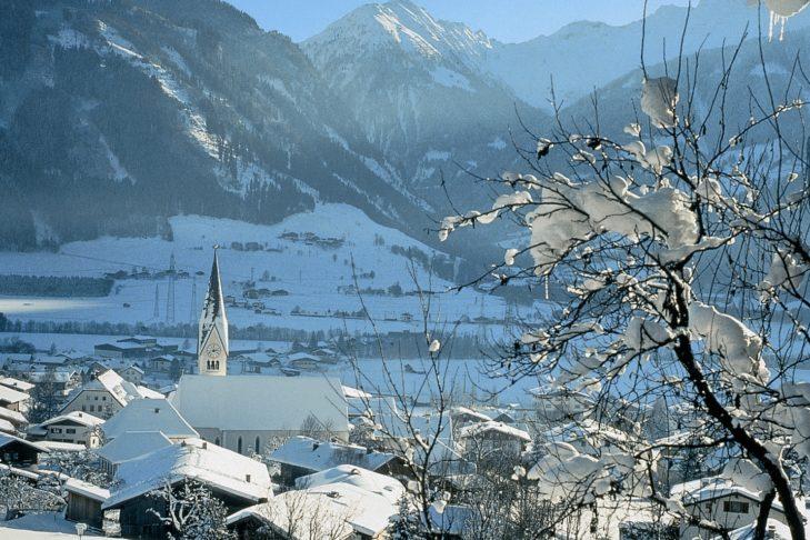 Skigebiet Weißsee Gletscherwelt: Blick übers Tal mit Kirchturm.
