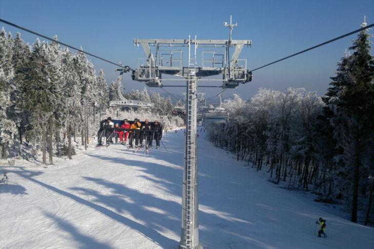 Skigebiet Winterberg: Der 6er-Sessellift schwebt über die Waldabfahrt.