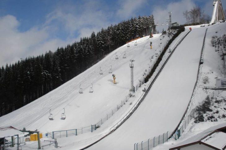 Skigebiet Winterberg: Die Piste führt direkt neben einer der Sprungschanzen vorbei.