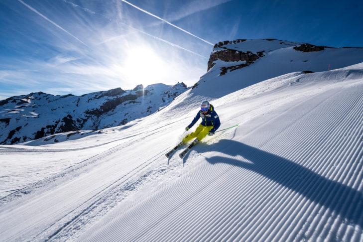 Skifahren auf frisch präparierter Piste im Skigebiet Engelberg-Titlis.