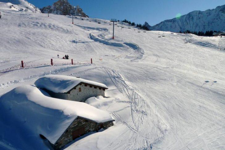 Blick über die Piste des bis zu 3.200 m hoch gelegenen Skigebiets Les Arcs/Peisey-Vallandry.