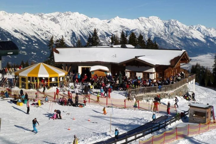 Skigebiet Muttereralmpark: Après-Ski-Hütten und Bars bieten jede Menge Partyspaß.