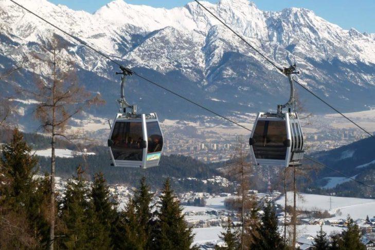 Mit der Gondel geht's hinauf ins Skigebiet Muttereralmpark.