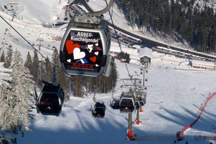 Die Gondel transportiert die Wintersportler ins Skigebiet Großer Arber.