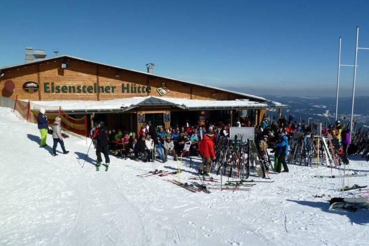 Nach dem Skitag lohnt sich die Einkehr auf eine Hütte.