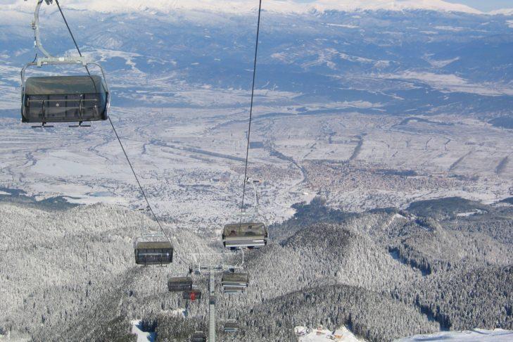 Skigebiet Bansko: Blick aus dem Lift über die Ausläufer des Pirin-Gebirges.