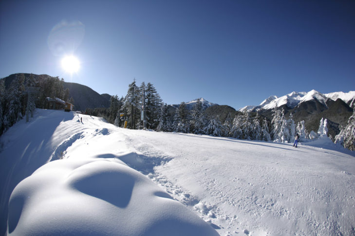 Sonne und Schnee satt bietet das Skigebiet Bansko im Süden Bulgariens.