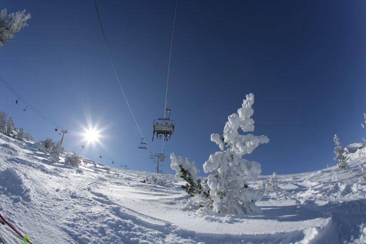 Skigebiet und Ort bieten eine zauberhafte Winterlandschaft.