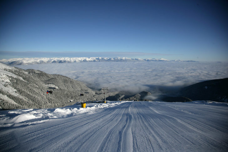 Skigebiet Bansko: Die frisch präparierte Piste am Morgen.