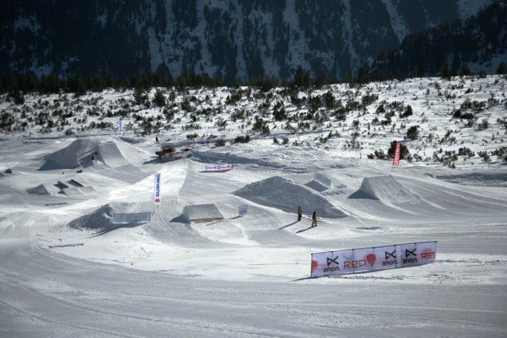 Blick von der Piste auf den Snowparks Bansko.