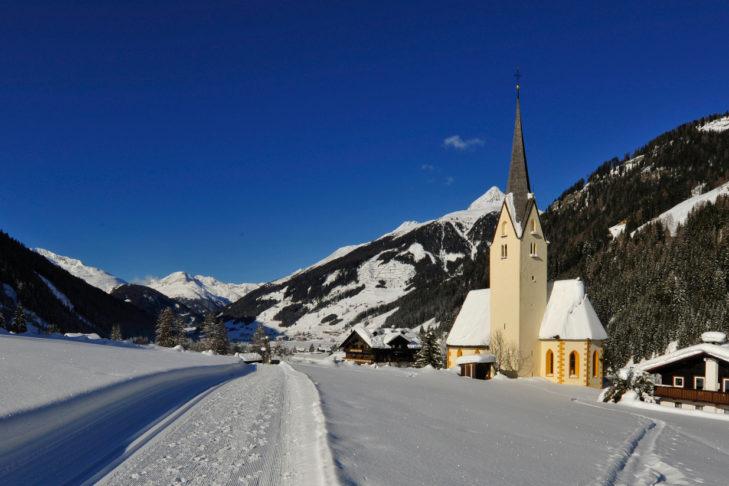 Blick auf das winterliche St. Jakob im Defereggental.