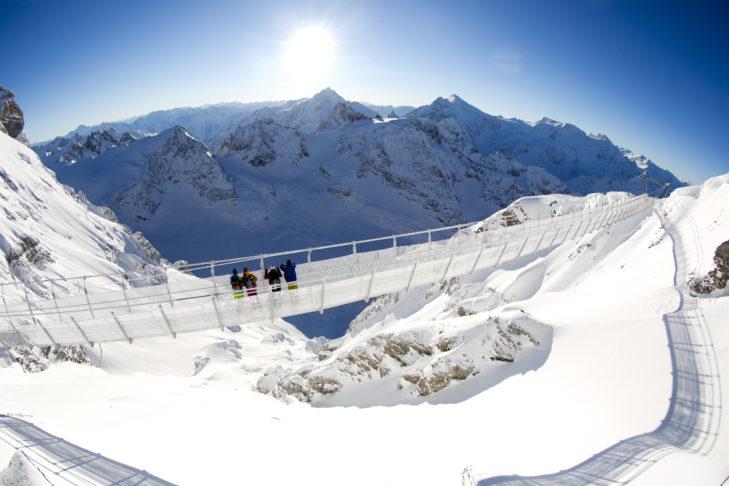 Spannende Alternative zum Skifahren: Der Titlis Skywalk im Skigebiet Engelberg-Titlis.
