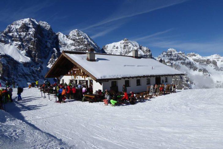 Diverse Hütten im Skigebiet Schlick 2000 laden zum Verweilen ein.