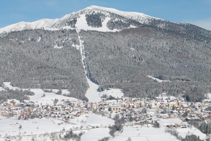 Blick auf die Ortschaft Folgaria mit Bergkulisse.