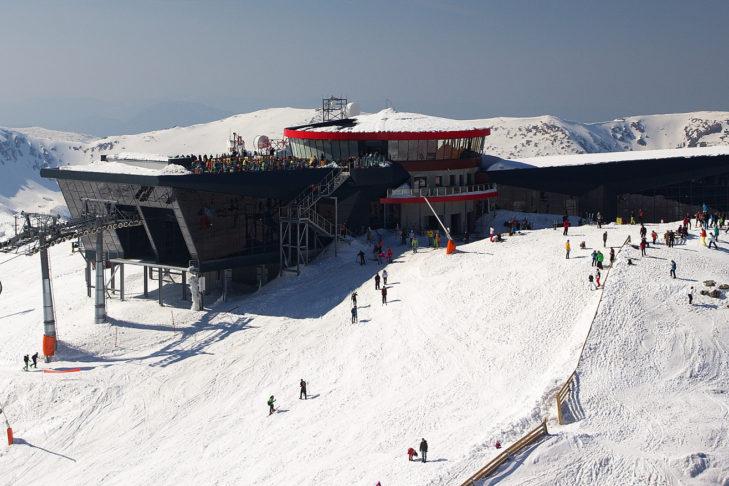 Skigebiet Jasná: Sonnenterasse auf dem Dach der Bergstation.