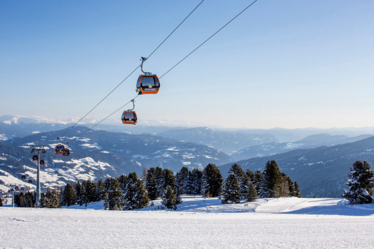 Panorama mti Gondeln im Skigebiet Kreischberg.