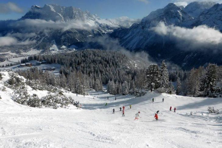 Sonnige Abfahrt im Skigebiet Lermoos/Grubigstein.