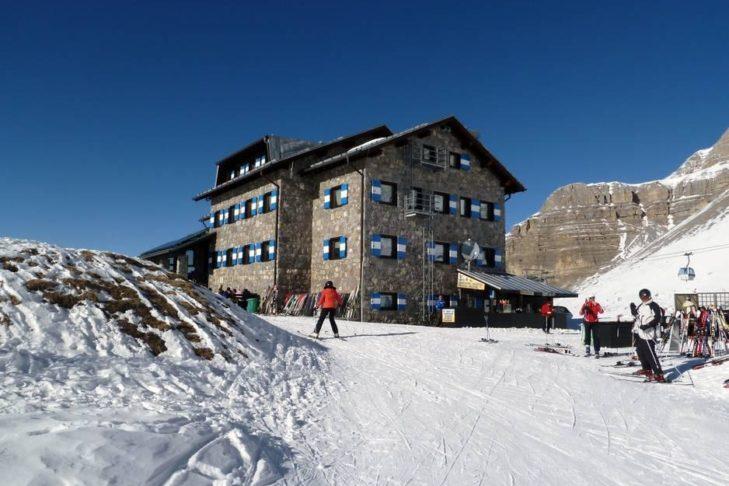 Hütte an der Piste: Einkehrschwung im Skigebiet Madonna di Campiglio.