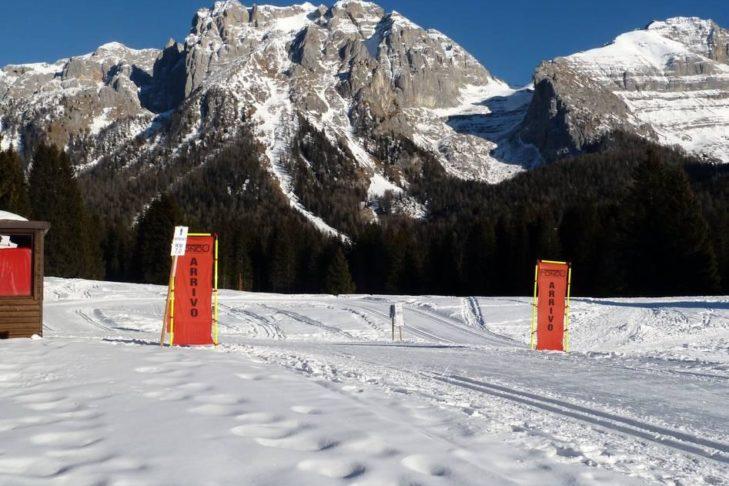 Madonna di Campiglio: Loipe mit Aussicht auf Bergpanorama.