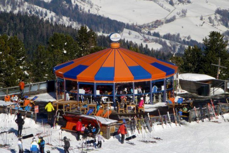 Schirmbars und Après-Ski-Hütten laden am Kreischberg zum Sonnenbaden und Feiern ein.