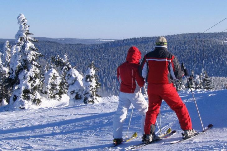 Ski-Pärchen auf der Piste im Skigebiet von Maribor.