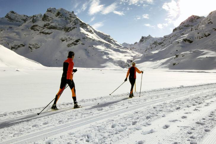 Montafon: Langläufer auf einem sonnigen Hochplateau.