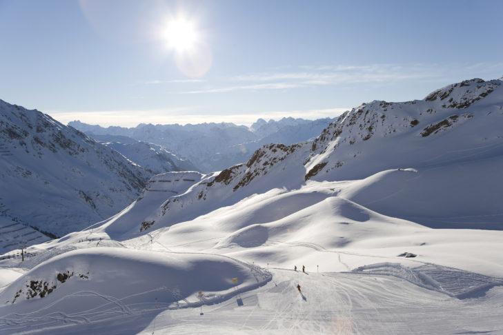 Blick über das schneereiche Montafon mit Skipiste.