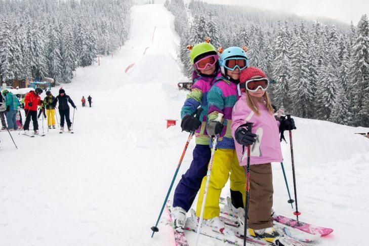 Skikinder an der Talstation.