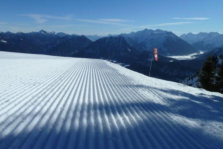 Präparierte Piste und weite Blicke im Skigebiet Allgäu/Tirol Vitales Land.