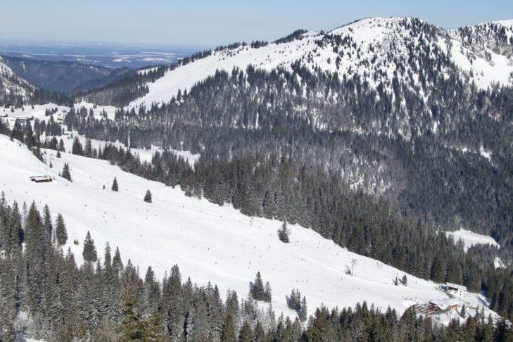 Im Skigebiet Spitzingsee-Tegernsee können sich Wintersportfans an je 20 Pisten- und Loipenkilometern erfreuen.
