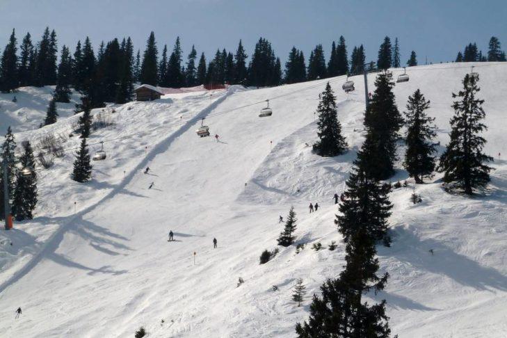 Moderne Lifte und breite Abfahrten warten im Skigebiet Golm.